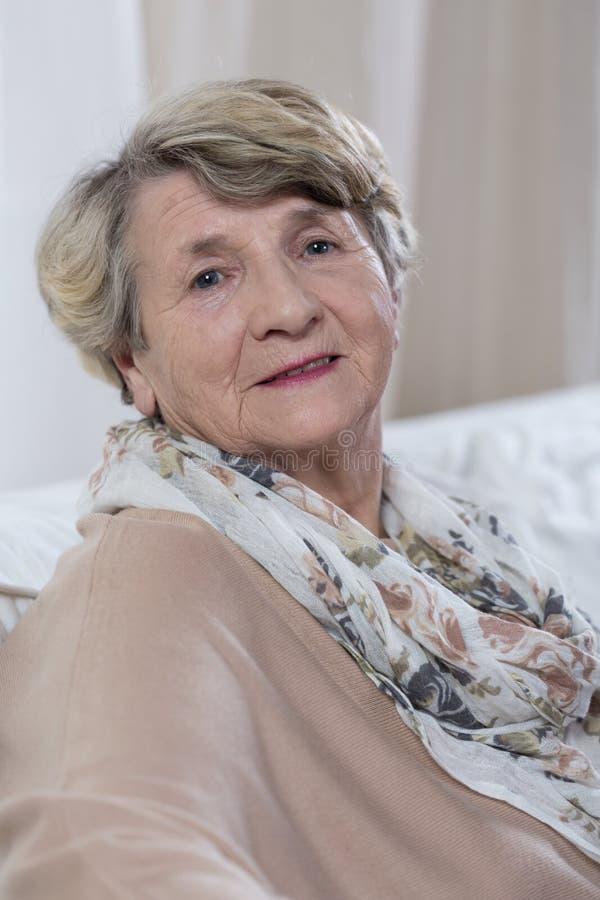 Portrait de dame heureuse supérieure images stock