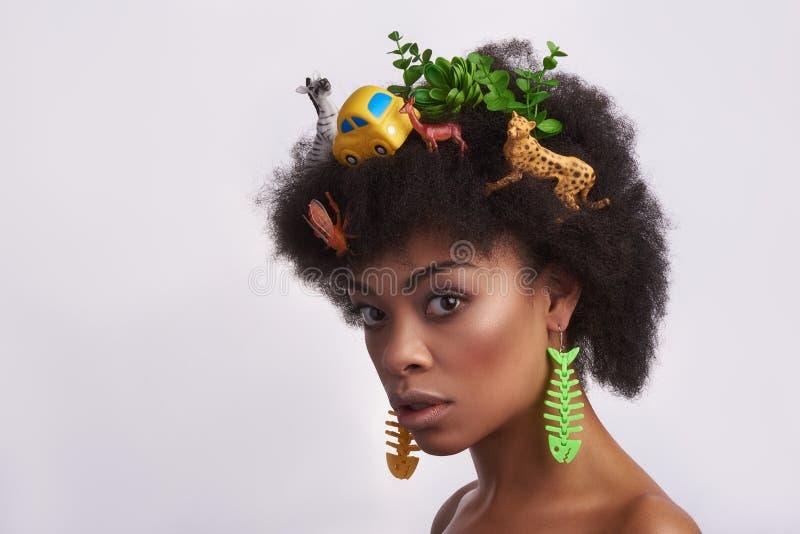 Portrait de dame timide ethnique avec la coiffure impaire images libres de droits