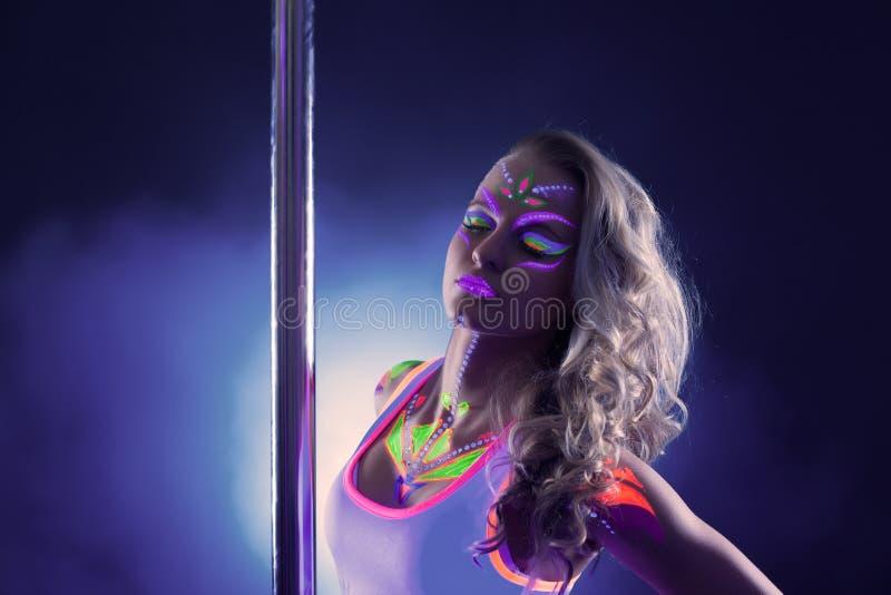 Portrait de danseur de attirance de poteau avec le maquillage au néon image libre de droits