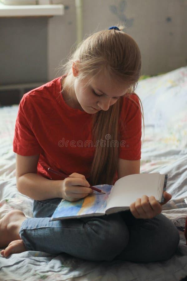 Portrait de dessiner de l'adolescence de fille à la maison - la photo photo stock