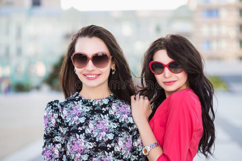 Portrait de deux brunes espiègles photos stock