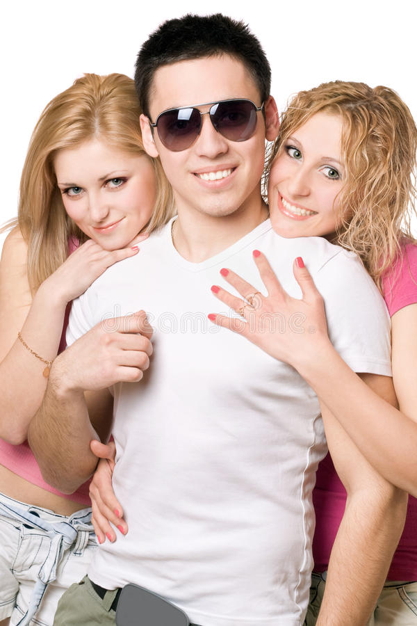 Portrait de deux femmes blondes gaies avec le jeune homme photographie stock libre de droits