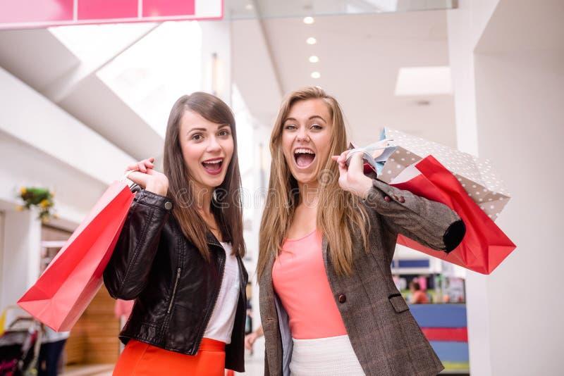 Portrait de deux femmes enthousiastes avec des paniers photo stock
