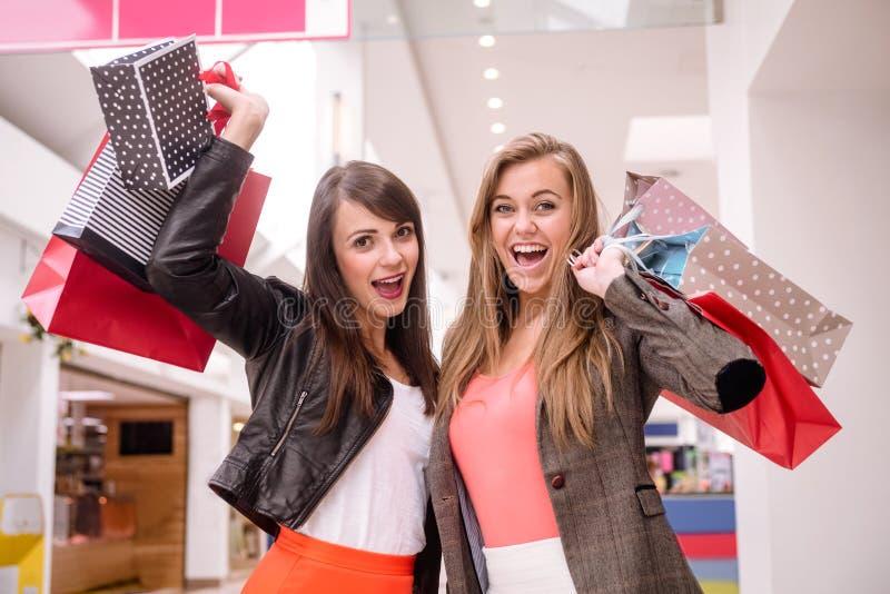 Portrait de deux femmes enthousiastes avec des paniers image libre de droits