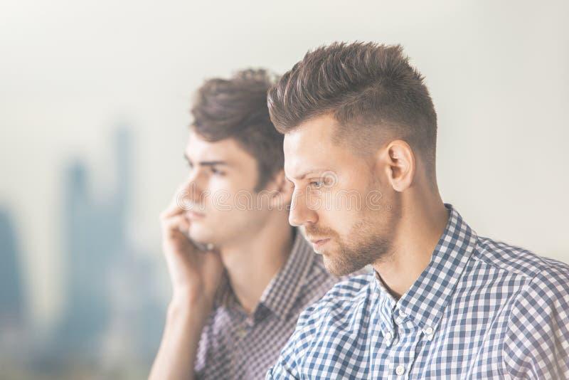 Portrait de deux hommes attirants images stock