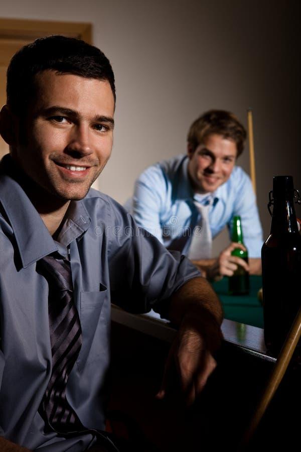 Portrait de deux hommes au billard image libre de droits