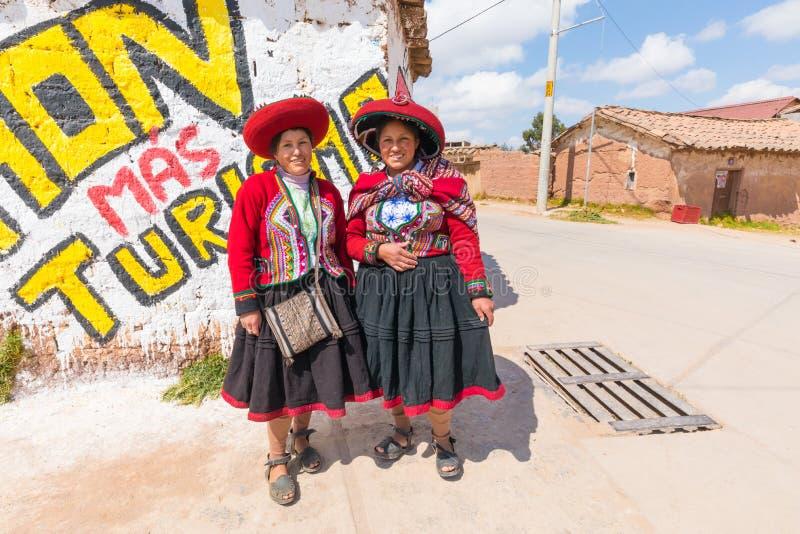 Portrait de deux jeunes femmes de Cuzco dans des vêtements traditionnels photographie stock