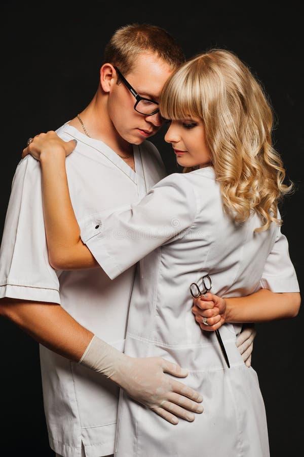 Portrait de deux médecins portant l'uniforme blanc images stock