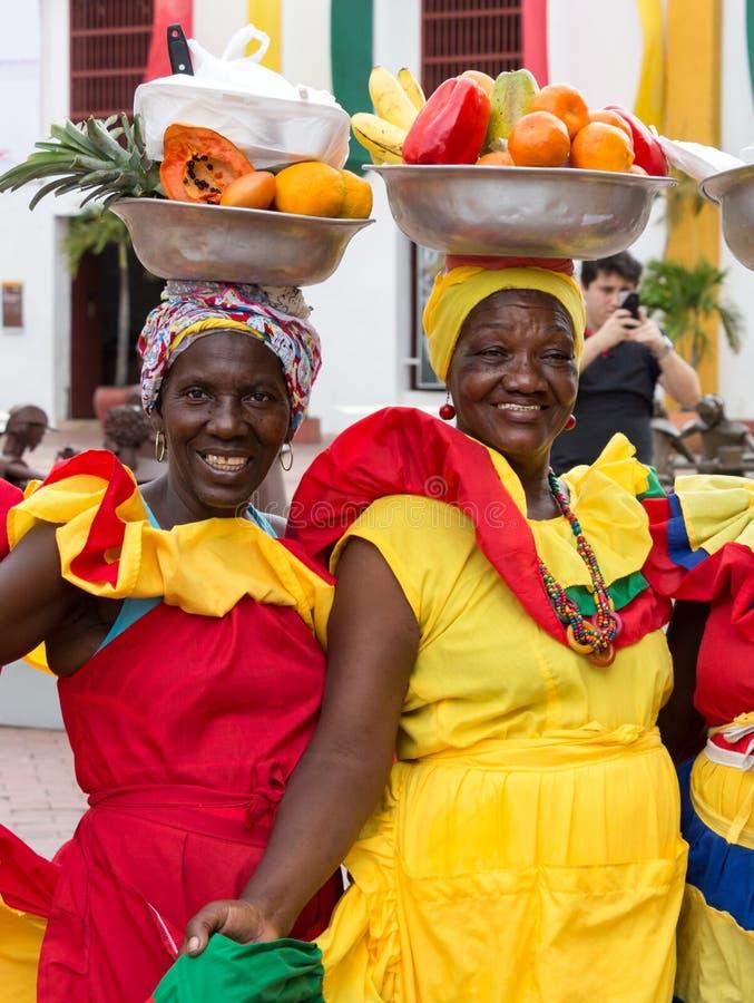 Portrait de deux palenqueras vendant des fruits à Carthagène photo stock