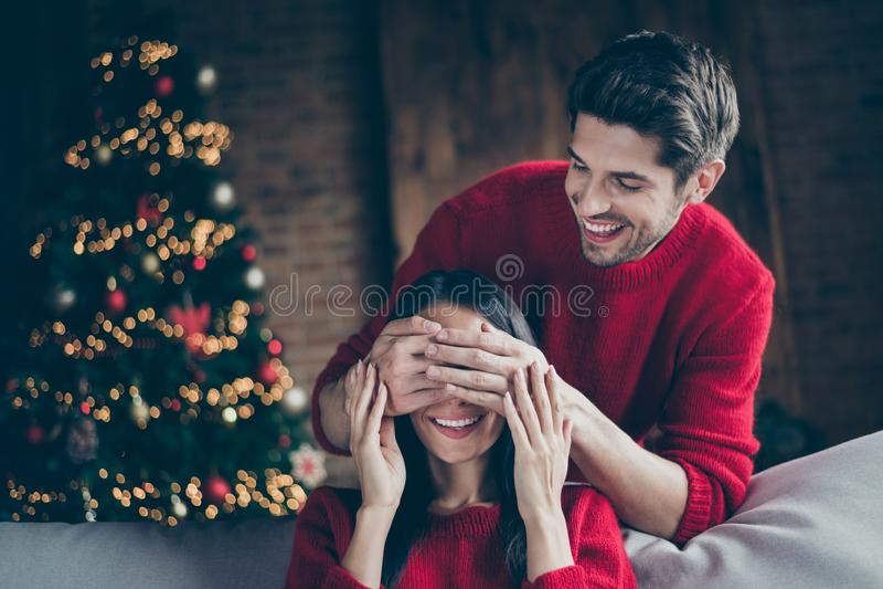 Portrait de deux personnes homme joyeux fermer les yeux de sa femme se sentent romantiques pendant les fêtes de noël les vacances photos libres de droits