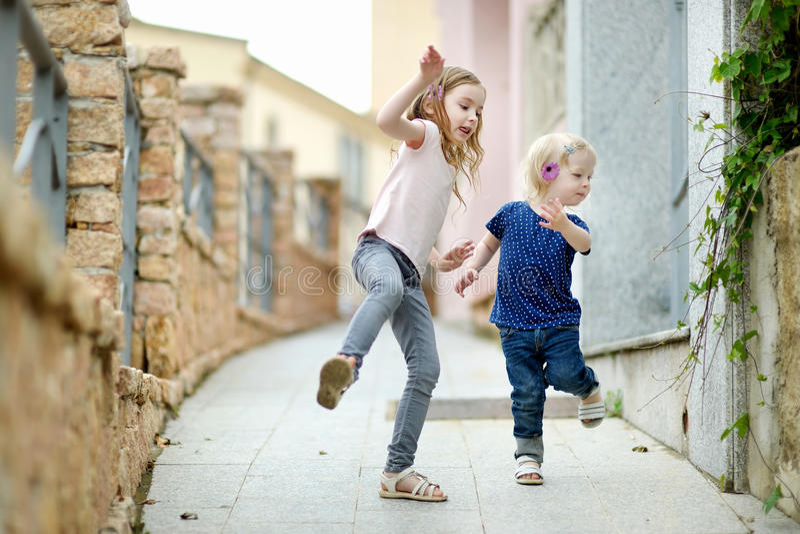Portrait de deux petites soeurs dehors photo stock