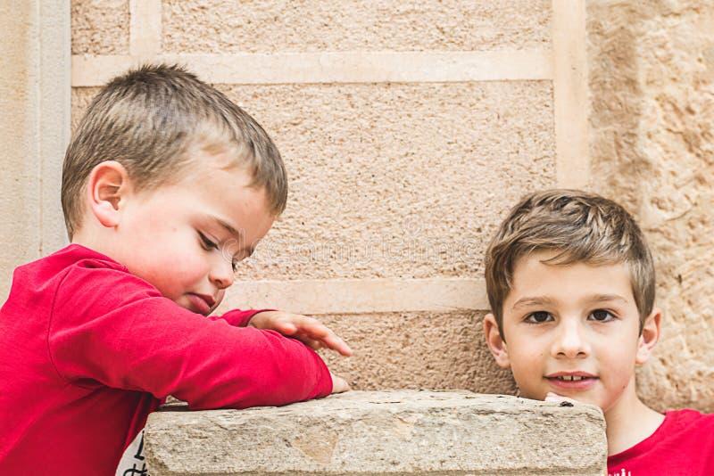 Portrait de deux petits enfants blonds photographie stock