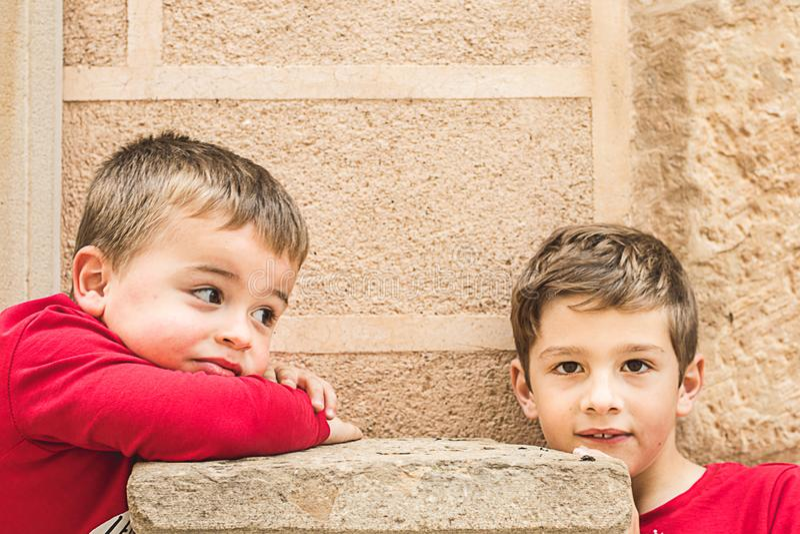 Portrait de deux petits enfants blonds image libre de droits