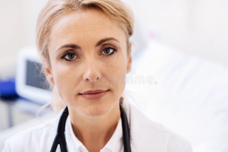 Portrait de docteur consacré exceptionnel renversant image libre de droits