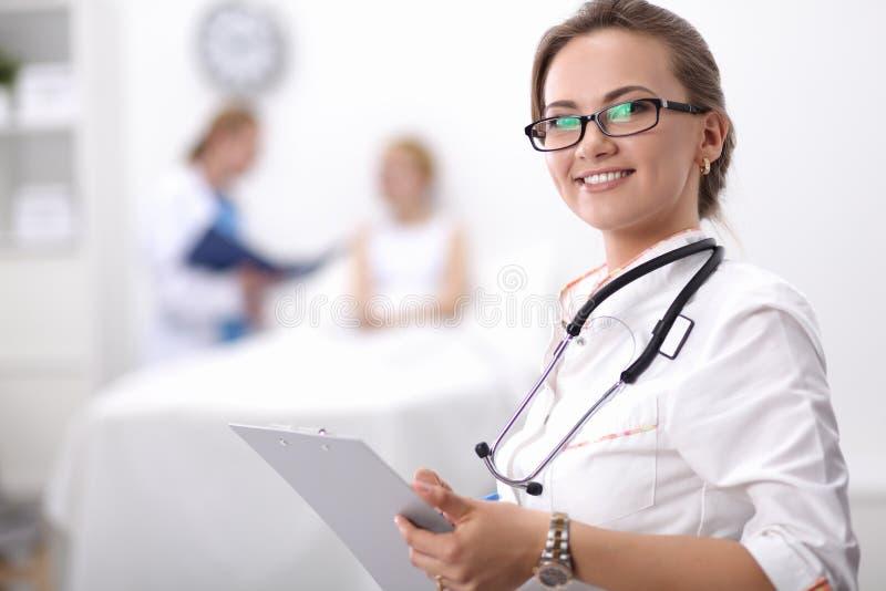 Portrait de docteur de femme à l'hôpital avec le dossier photographie stock libre de droits