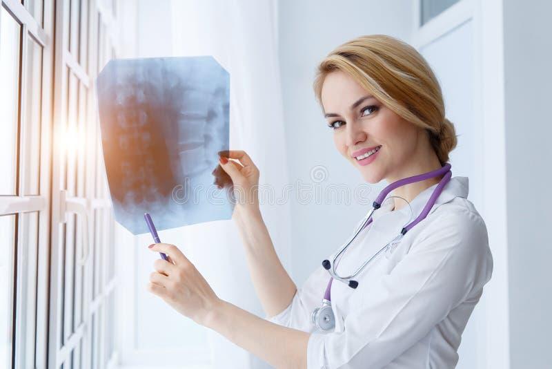 Portrait de docteur de jeune femme avec le stéthoscope et le rayon X images libres de droits