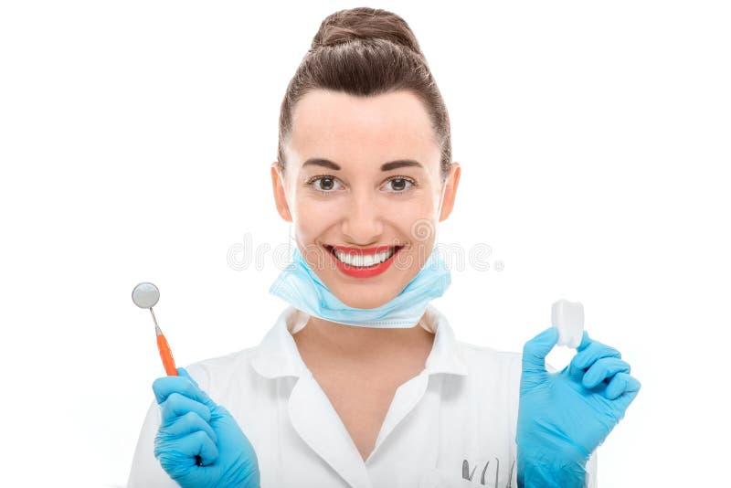 Portrait de docteur de jeune femme sur le fond blanc photo stock