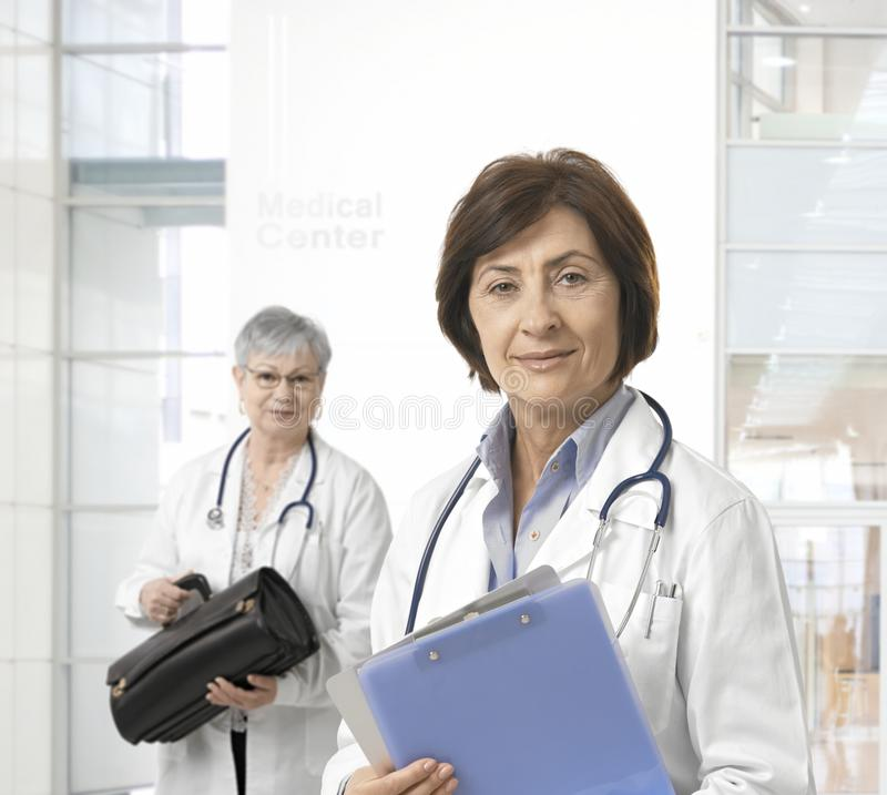 Portrait de docteur féminin mûr au centre médical photographie stock