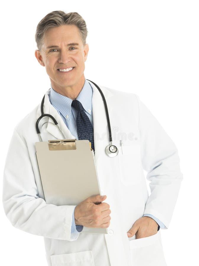 Portrait de docteur masculin heureux Holding Clipboard image stock