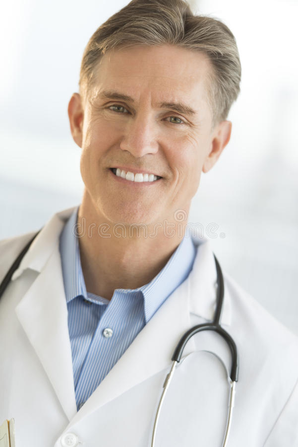 Portrait de docteur masculin sûr Smiling photographie stock