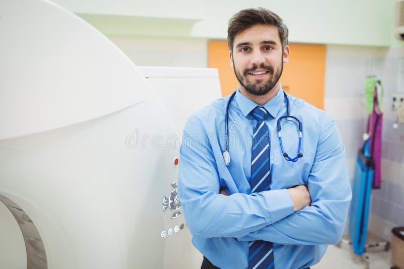 Portrait de docteur tenant le scanner proche de mri photographie stock libre de droits