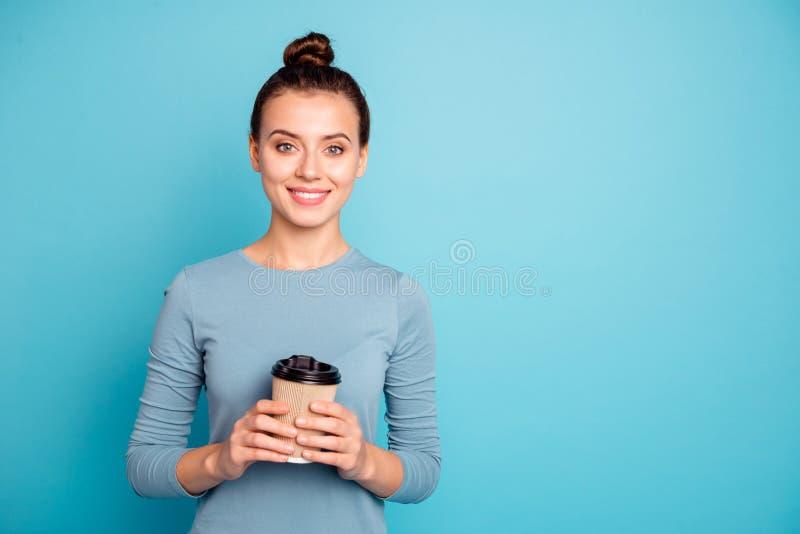Portrait de elle elle belle fille gaie gaie attirante jolie jugeant en café doux chaud de mains à emporter photographie stock
