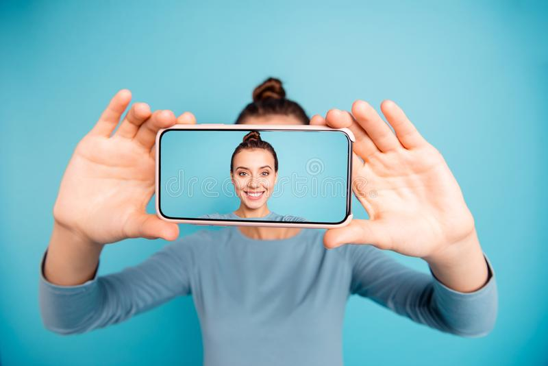 Portrait de elle elle belle fille gaie gaie douce attirante jolie jugeant à disposition la cellule prenant le selfie nouvelle images stock