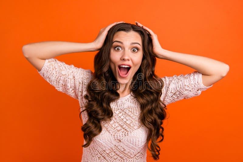 Portrait de elle elle belle jolie apparence aux cheveux ondulés folle gaie gaie séduisante attrayante douce jolie de dame image libre de droits
