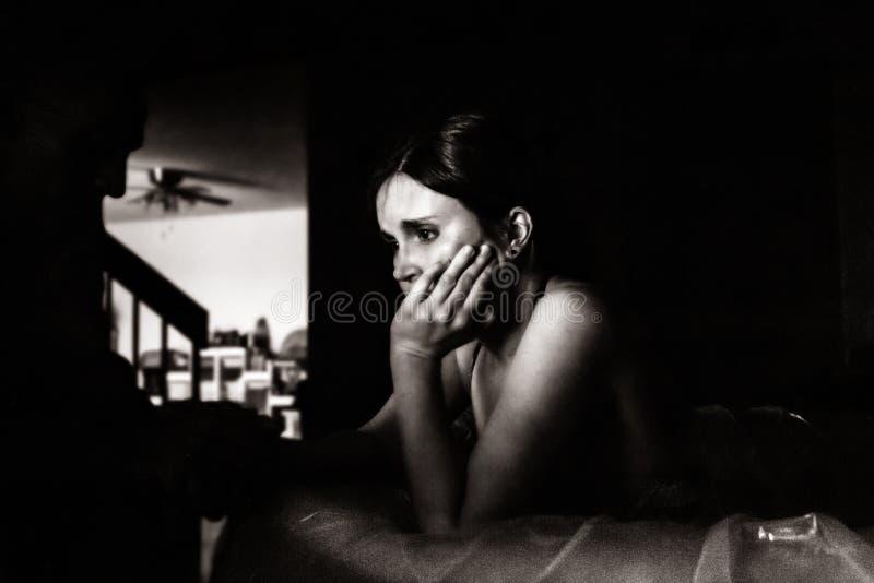 Portrait de faible luminosité d'une femme dans le travail image stock