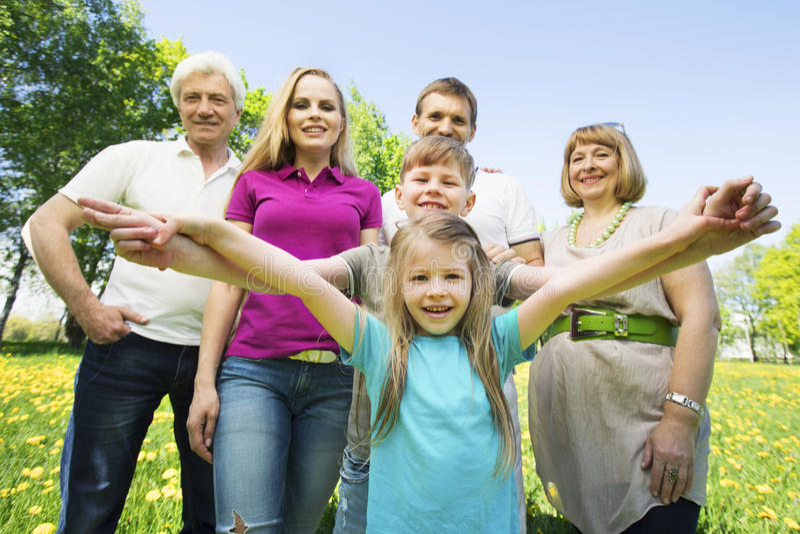 Portrait de famille étendu gai photos stock