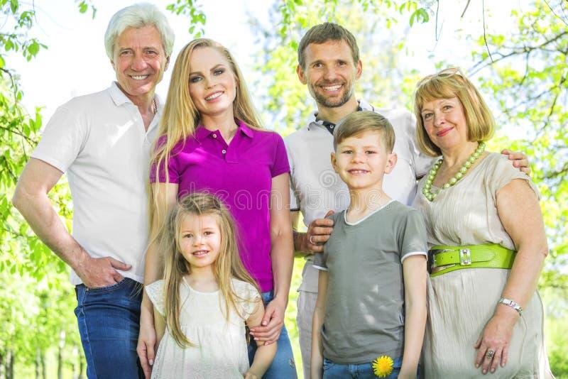 Portrait de famille étendu gai photos libres de droits