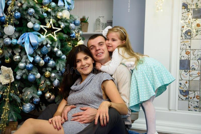 Portrait de famille amicale regardant l'appareil-photo la soirée de Noël image stock