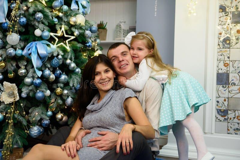 Portrait de famille amicale regardant l'appareil-photo la soirée de Noël photo stock