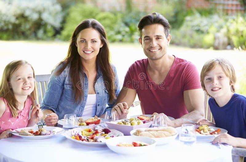 Portrait de famille appréciant le repas extérieur ensemble photographie stock libre de droits