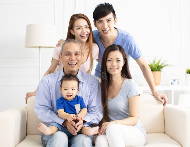 Portrait de famille d'Asiatique de trois générations photos stock