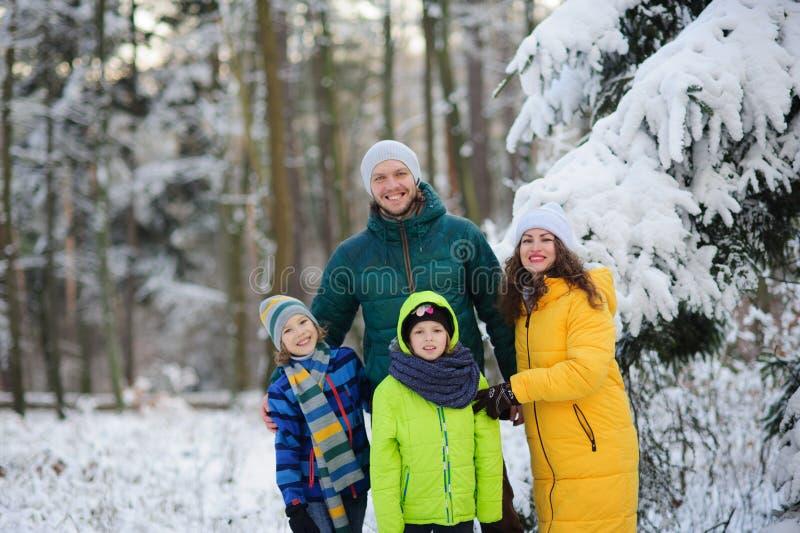 Portrait de famille dans la forêt d'hiver image stock