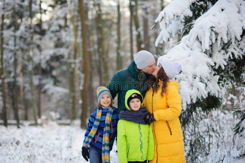 Portrait de famille dans la forêt d'hiver image libre de droits