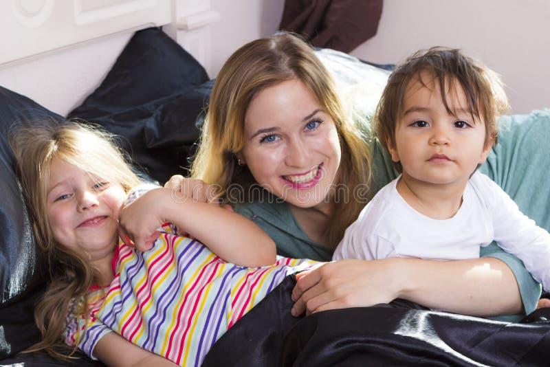 Download Portrait De Famille Dans Le Lit à La Maison Image stock - Image du people, normal: 77150309