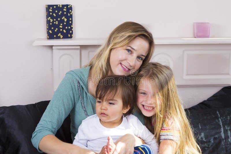 Download Portrait De Famille Dans Le Lit à La Maison Image stock - Image du siblings, enfant: 77151097
