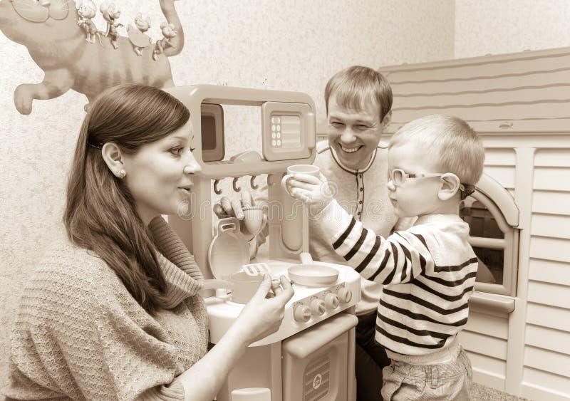 Portrait de famille dans le rétro style des parents et du petit fils photos stock