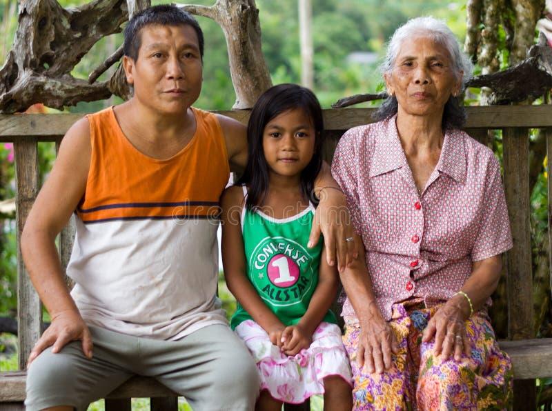 Portrait de famille de famille dans le village de Kuching, Malaisie photographie stock libre de droits