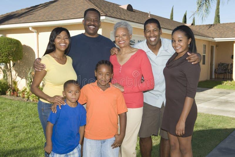 Portrait de famille en dehors de Chambre photographie stock
