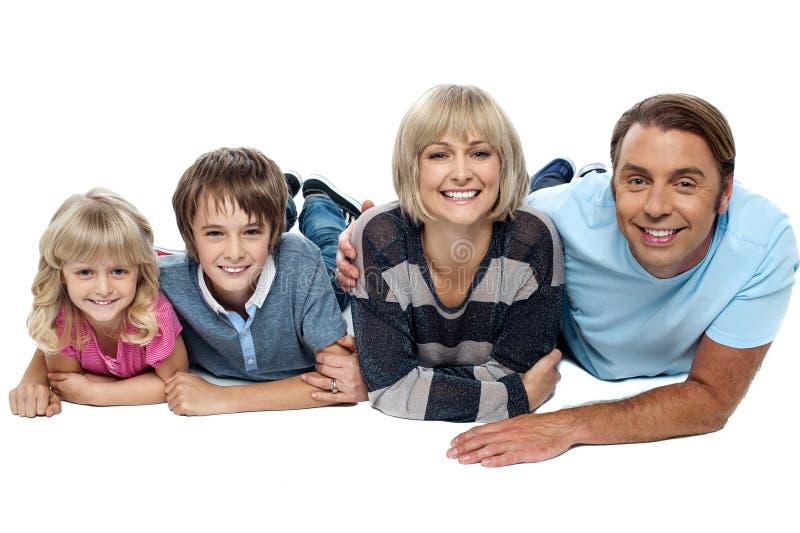 Portrait de famille heureuse avec deux enfants photos libres de droits