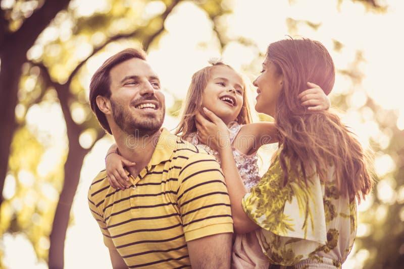 Portrait de famille heureuse avec la petite fille photos libres de droits
