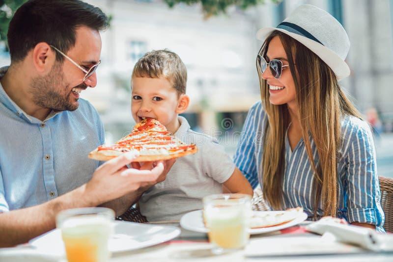 Portrait de famille heureuse passant le temps en café photographie stock