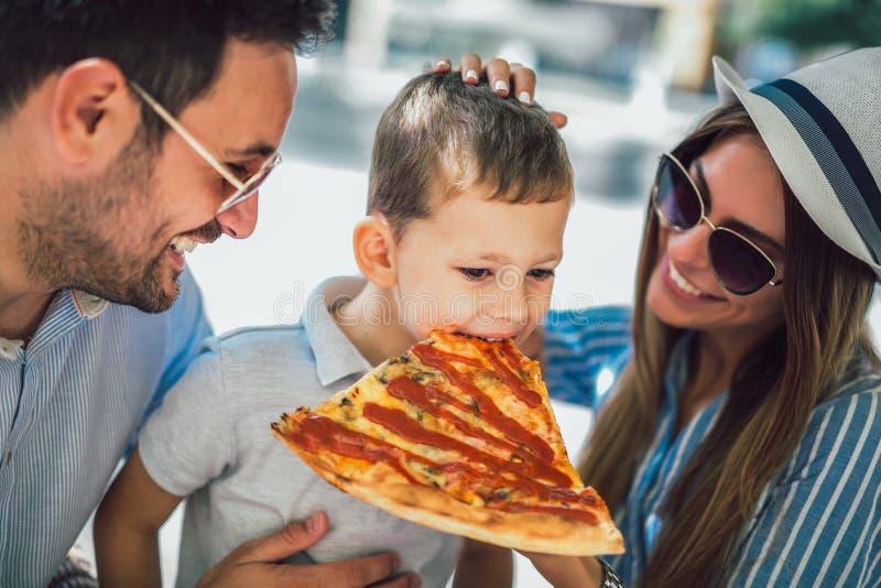 Portrait de famille heureuse passant le temps en café photographie stock libre de droits