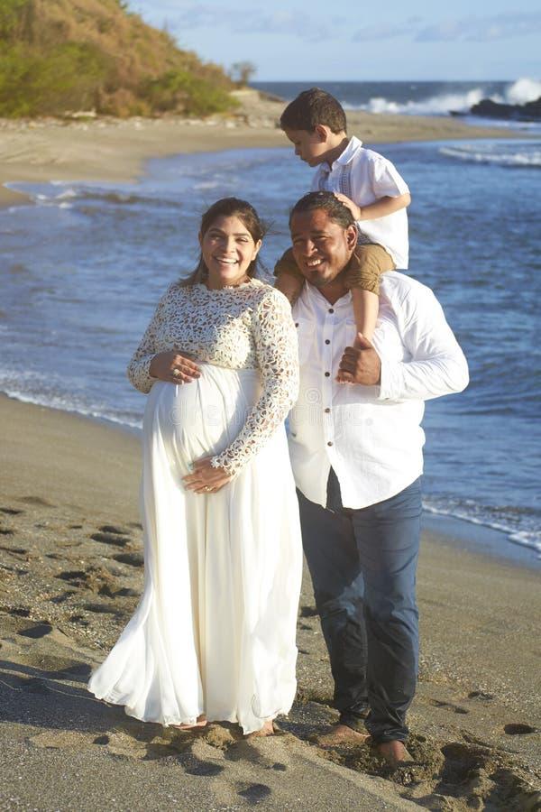 Portrait de famille hispanique sur la plage image libre de droits