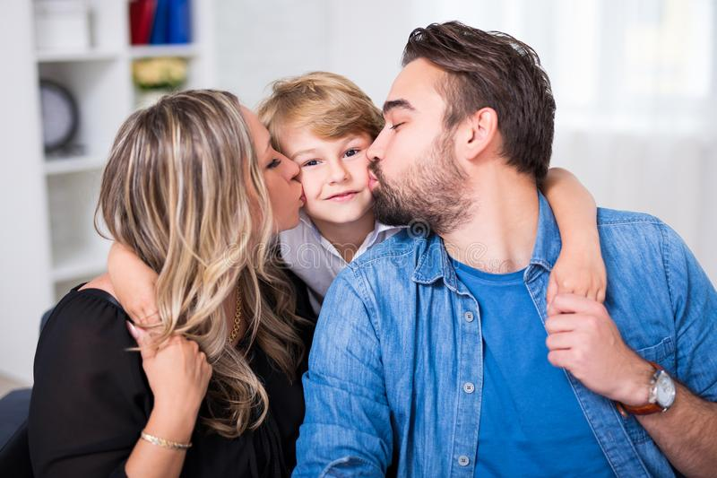 Portrait de famille - jeune couple embrassant le petit fils photos stock