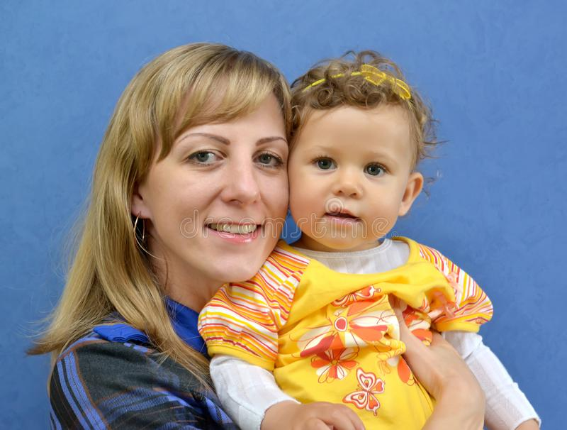 Portrait de famille de la jeune femme avec l'enfant photos stock