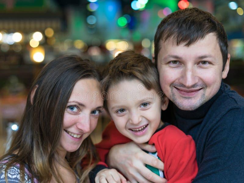 Portrait de famille de sourire heureuse Mère, père et fils 5 an Vacances heureuses d'hiver et de printemps photos stock